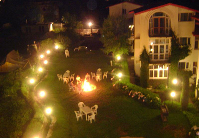 bon-fire, budget resorts in manali