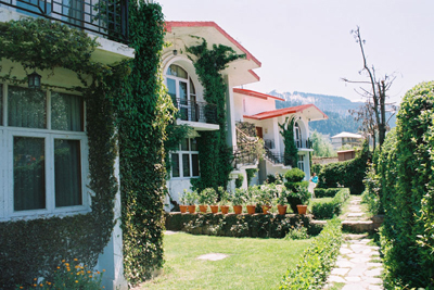 lawn-front, famous resorts in manali