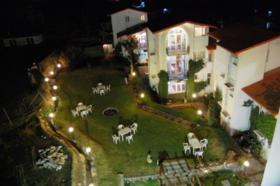 lawn-night-overview, mall road resorts in manali