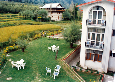 lawn1, famous best resorts in manali